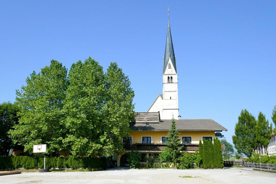 In dem ehemaligen Gasthof direkt an der Bundesstraße und neben der Wallfahrtskirche sind derzeit noch 40 Asylwerber untergebracht.