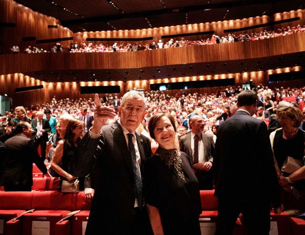 Van der Bellen und Doris Schmidauer bei der Eröffnung der 74. Bregenzer Festspiele.