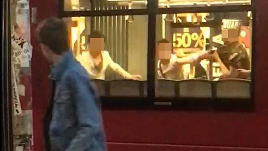Die Schlägerei in der Straßenbahn wurde gefilmt. Die Aufnahmen zeigen, wie die Männer aufeinander losgehen.