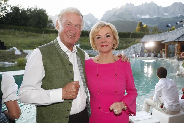 Eröffnung des neuen Spa-Bereichs im Hotel Stanglwirt in Going: Hausherr Balthasar Hauser mit der deutschen Unternehmerin Liz Mohn.
