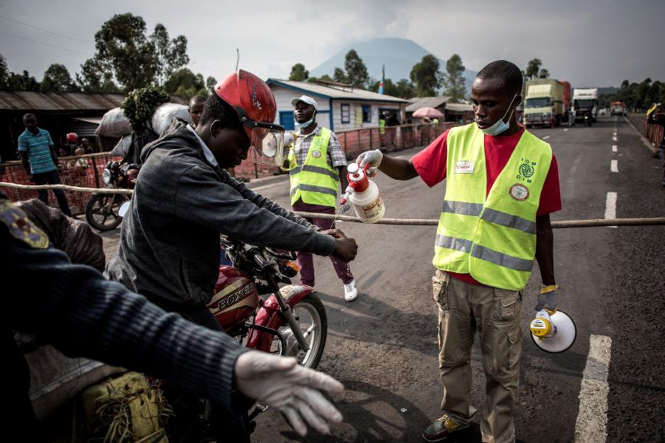 Ein Motor-Taxi-Fahrer muss seine Hände bei einer Ebola-Screening-Station zwischen Butembo und Goma waschen.