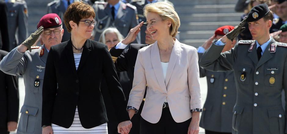 Hand in Hand stehen Ursula von der Leyen (CDU, M), scheidende Verteidigungsministerin und neugewählte EU-Kommissionspräsidentin, neben ihrer Nachfolgerin Annegret Kramp-Karrenbauer (l) bei der Amtseinführung im Bundesverteidigungsministerium.