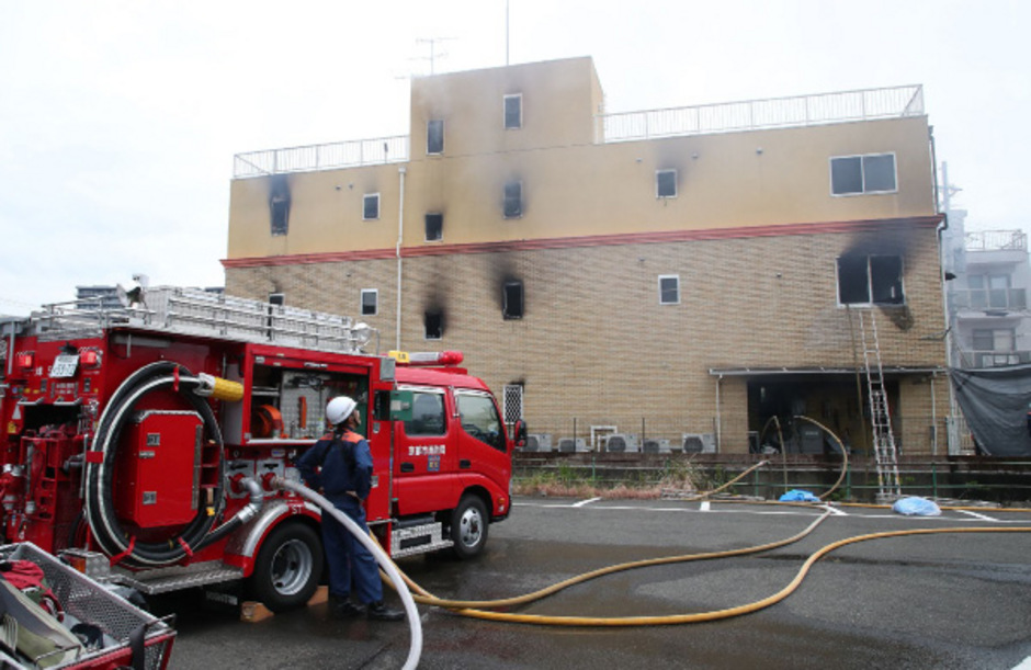 Die Behörden gehen von Brandstiftung aus. Der Verursacher soll sich unter den Verletzten befinden.