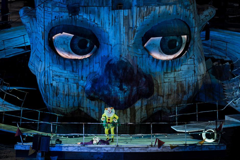 Der Hofnarr als gespenstischer Clown: Vladimir Stoyanov als Rigoletto auf der Bregenzer Seebühne.