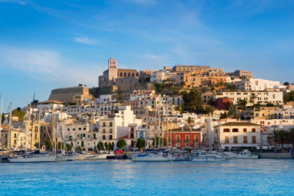Blick auf Ibiza-Stadt: Die Österreicher zieht es heuer in Scharen auf die spanische Insel.