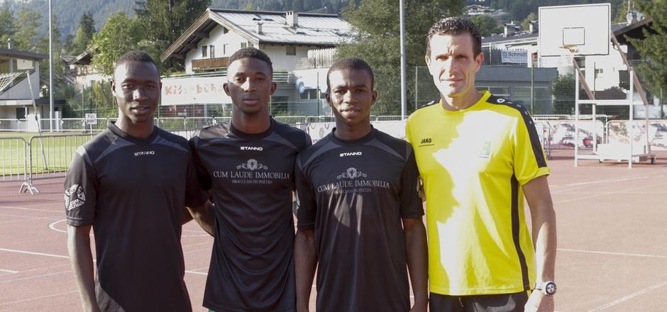 Der Fußball kennt keine Grenzen: Drei junge Talente aus Mali – von links: Mohamed Camara, Mamadou Diakité, Mahamadou Karakodio – tanzen beim FC Kitzbühel nach der Pfeife von Coach Michael Baur.
