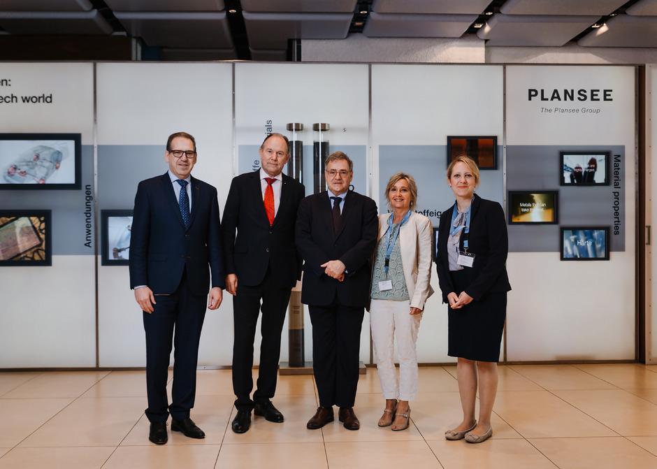 Plansee-Group-Vorstand Karlheinz Wex freute sich, den französischen Honorarkonsul Franz Pegger, den Botschafter von Frankreich, François Saint-Paul, Helene Huber vom Honorarkonsulat Innsbruck und Theresa Proyer (Business France, v.l.) zu begrüßen.