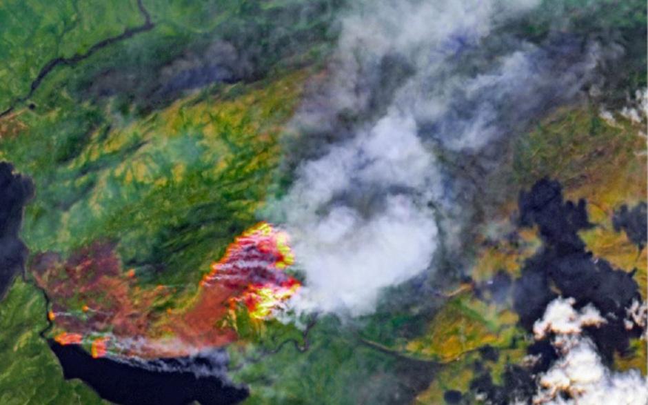 Blick von oben auf die brennende Qeqqata Kommunia in Grönland.