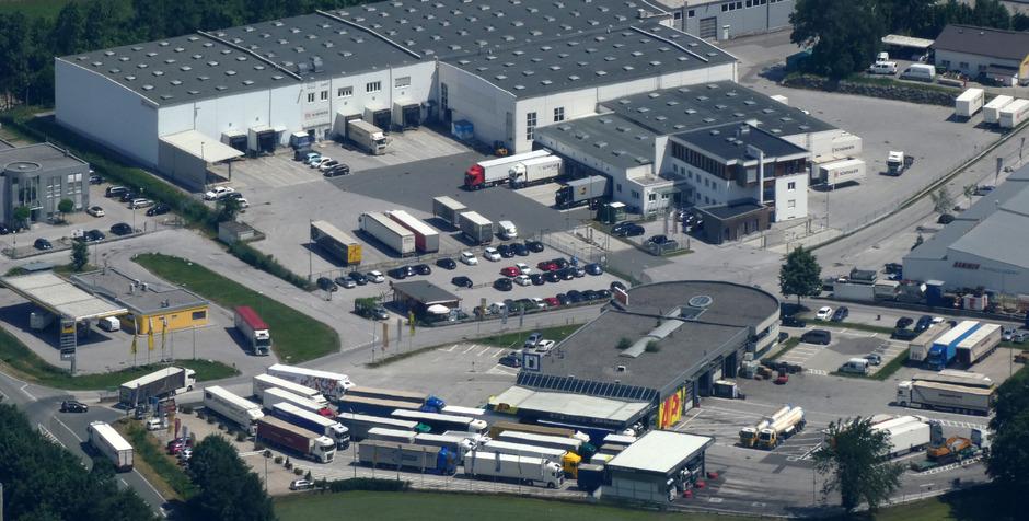 Auf dem Lkw-Parkplatz im Gewerbepark Kufstein-Süd entdeckten die Polizisten die Leiche des osteuropäischen Lkw-Fahrers.