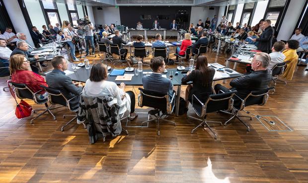 Die Prüfer mussten beim Sondergemeinderat unzählige Fragen des Gemeinderats beantworten.