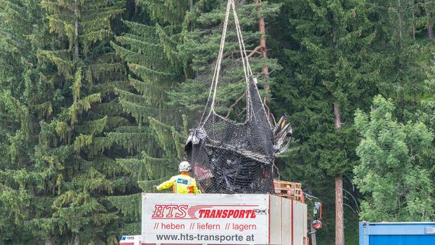 Das zerschellte Flugzeug wurde geborgen und abtransportiert.