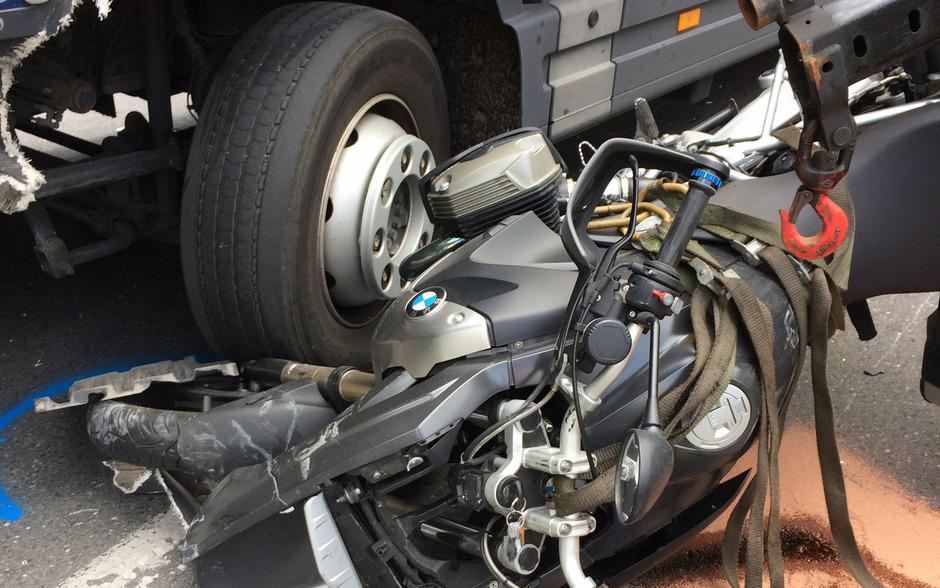 In Fließ wurde ein Motorrad von einem Lkw erfasst.
