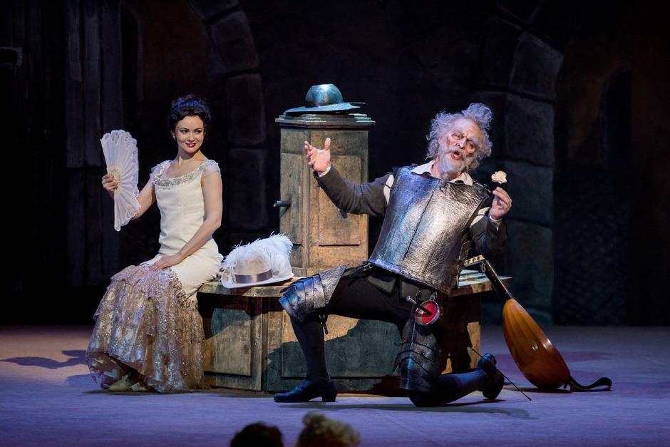Don Quichotte (Gábor Bretz) ist entflammt für Dulcinée (Anna Goryachova).