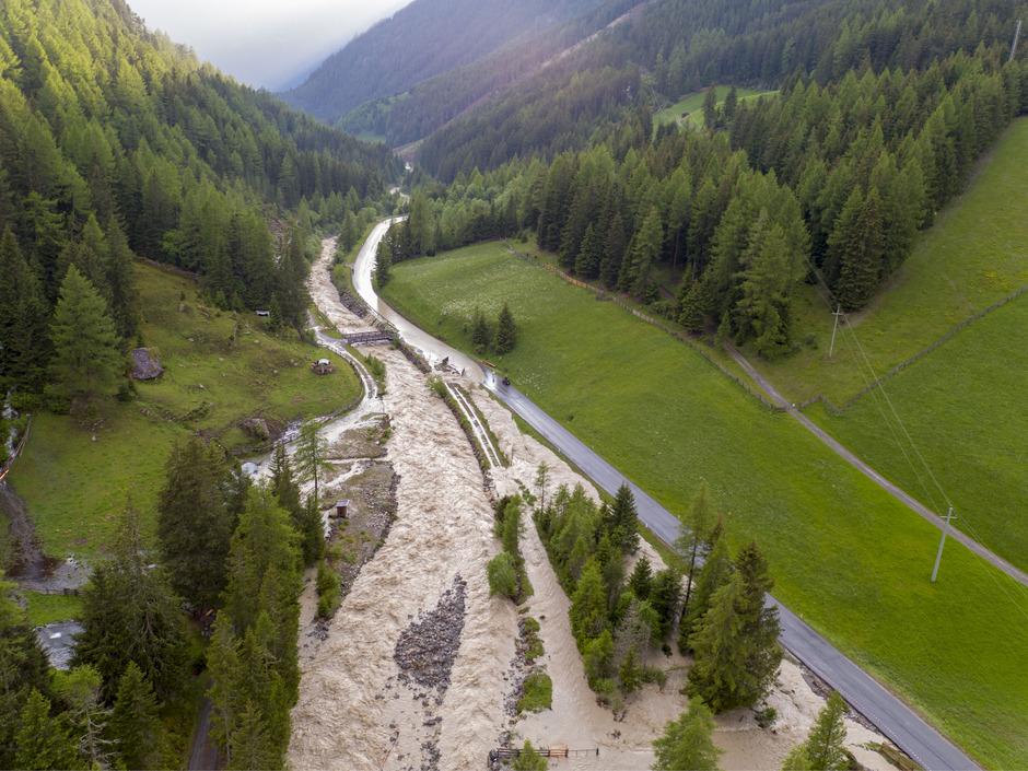 Am 12. Juni wurden Teile der Straße nach Gries überflutet.