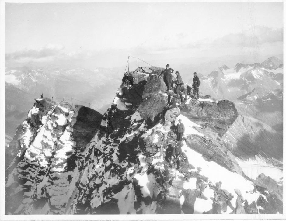 Ein Bild aus den Frühzeiten des Alpinismus: Besteigung des Kleinglockners über einen Klettersteig.