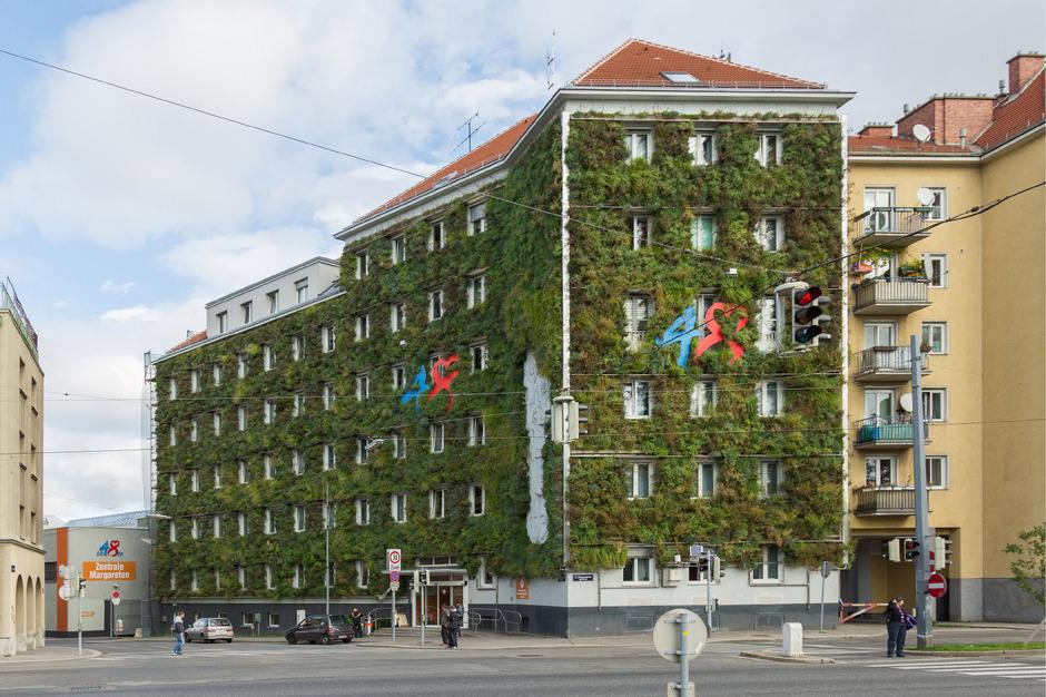 """Die """"48er"""", die Zentrale der Magistratsabteilung für Abfallwirtschaft in Wien im fünften Bezirk, wurde mit 850 Quadratmetern begrünt. Bis zu 3500 Liter Wasser pro Tag brauchen die Pflanzen."""