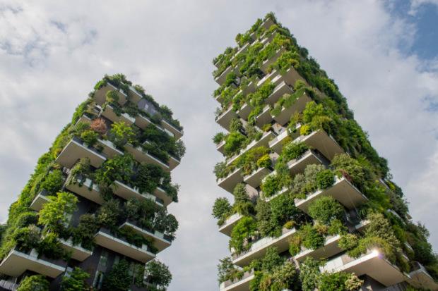 """Im Norden Mailands stehen die beiden Hochhaustürme des """"Bosco Verticale"""" (vertikaler Wald). Sie wurden nach fünf Jahren 2014 fertiggestellt."""