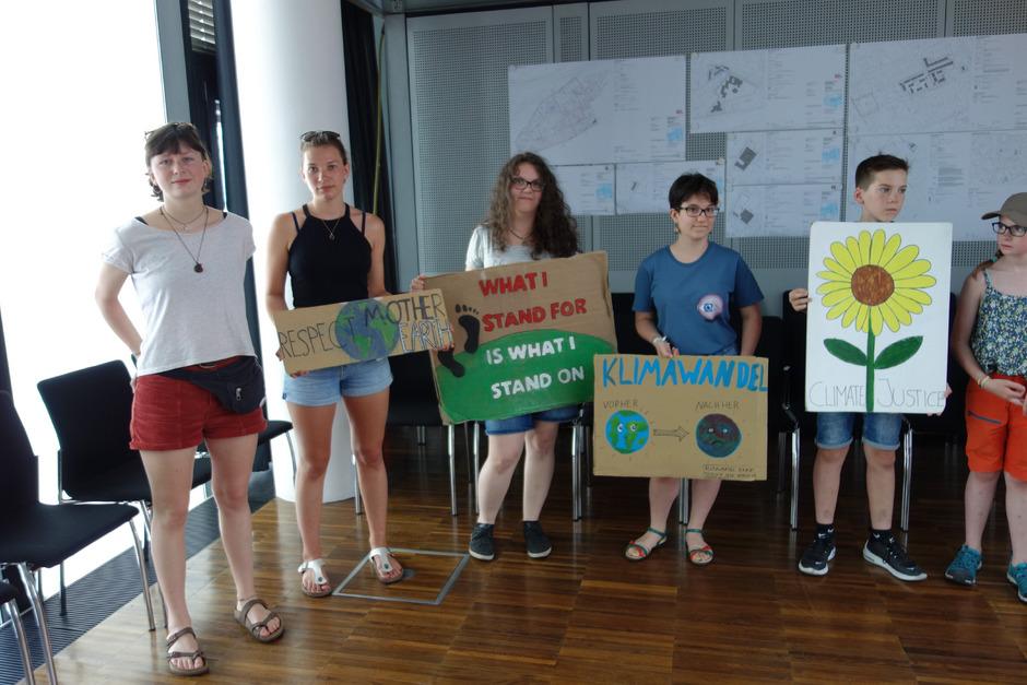 """Zum Grundsatzbeschluss fanden sich im Sitzungssaal auch junge Klimaschutz-Aktivisten der """"Fridays for Future""""-Bewegung ein."""