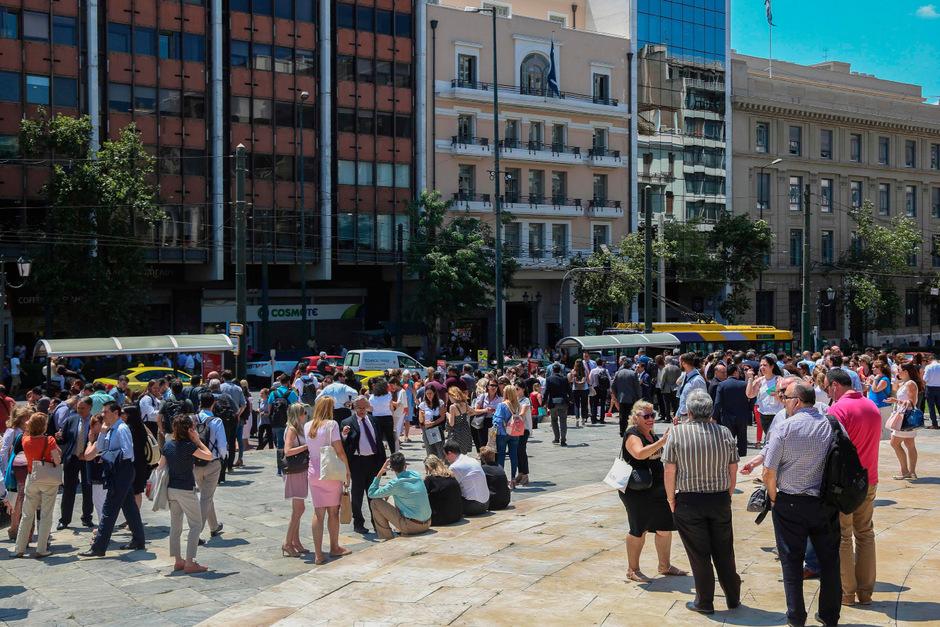 Tausende Menschen rannten nach dem Beben auf die Straßen von Athen.