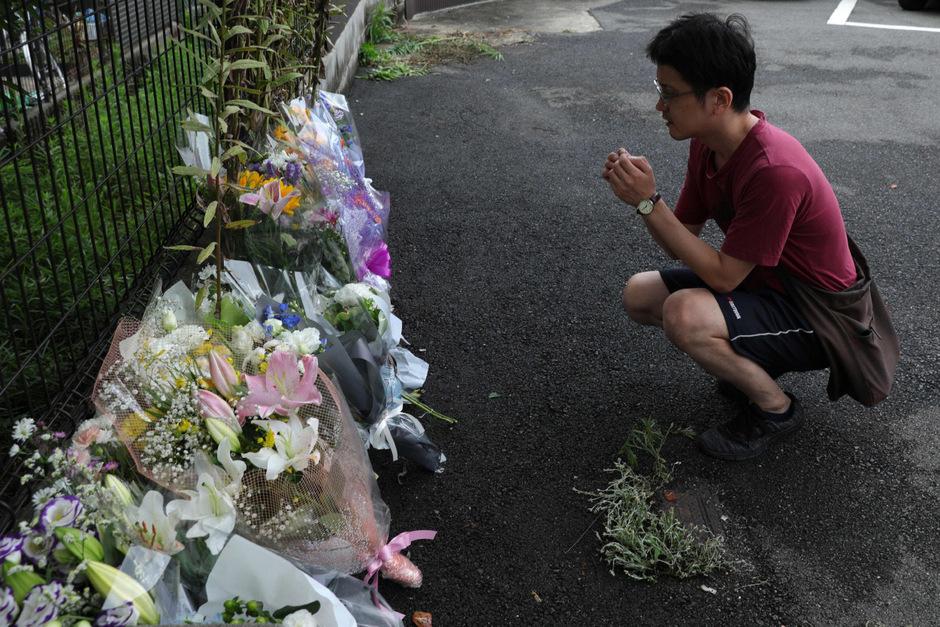 Am Tatort wurden Blumen im Gedenken an die Opfer niedergelegt.