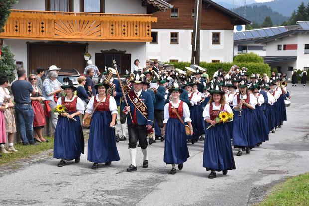 Heimspiel unter tobendem Applaus: Die Musikkapelle Weißenbach eröffnete den Festumzug.