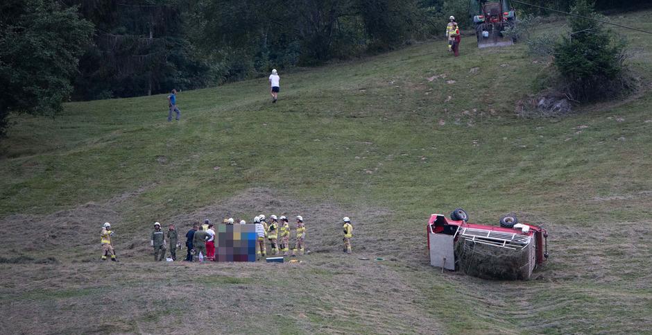 Das umgekippte Fahrzeug wurde von den Freiwilligen Feuerwehren Zirl, Kemtaten und Ranggen geborgen.