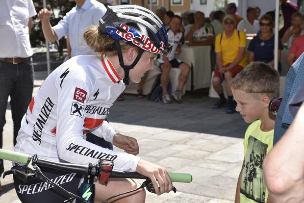Laura Stigger, Rad-Weltmeisterin und Tiroler Sportlerin des Jahres, nahm sich auch Zeit für ihre jüngsten Fans.