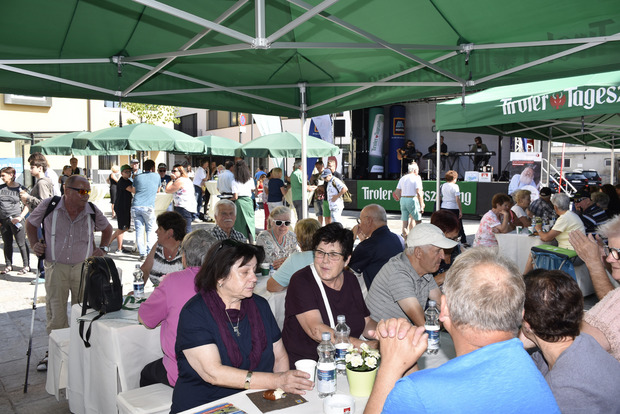 Die zahlreichen Besucher am oberen Sparkassenplatz genossen das köstliche Frühstück mit viel Unterhaltungswert.