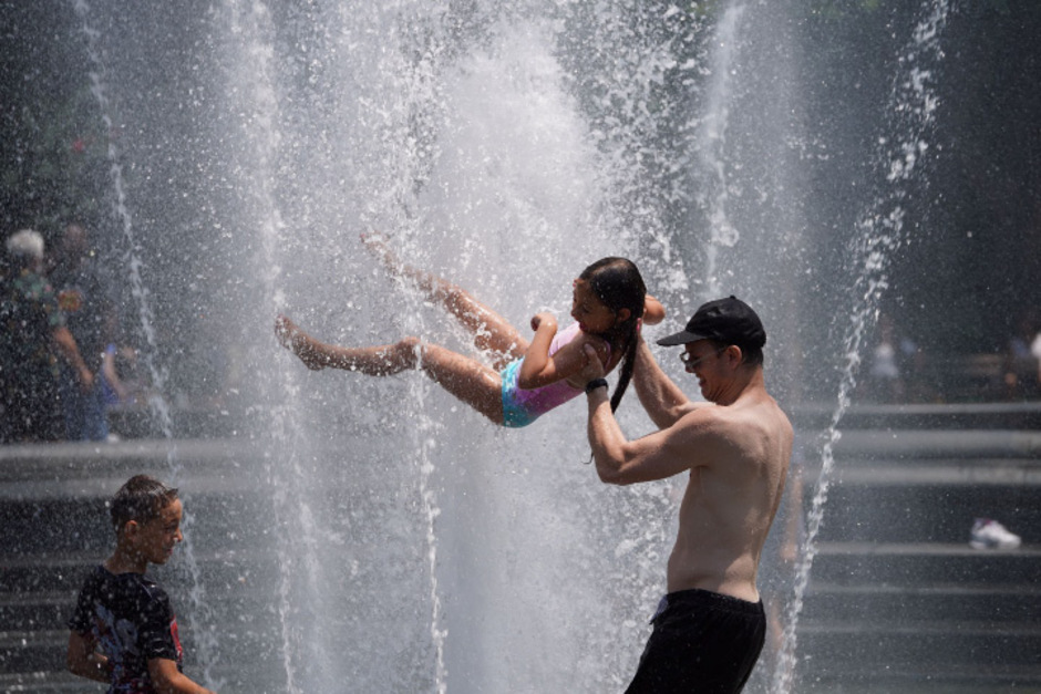In New York werden bis zu 38 Grad erwartet. Zahlreiche Bewohner kühlen sich an öffentlichen Brunnen ab. Die Stadt hat außerdem 500 öffentlich zugängliche klimatisierte Räume, sogenannte Abkühlzentren, eingerichtet.