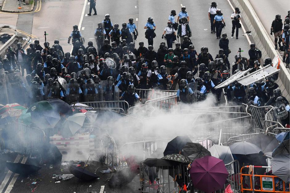 Hunderttausende gingen in Hongkong auf die Straßen, um gegen die Regierung und Chinas wachsenden Einfluss zu protestieren. Es kam zu zahlreichen Zusammenstößen von Polizei und Demonstranten.