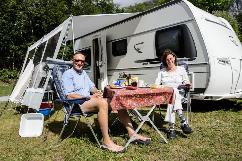 Wie im Restaurant. Christiane und Peter Stepper frühstücken am liebevoll gedeckten Campingtisch.