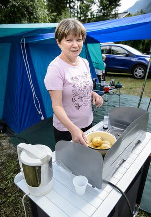 Selbstversorger. Natalia Merkulova kümmert sich schon in der Früh ums Essen.