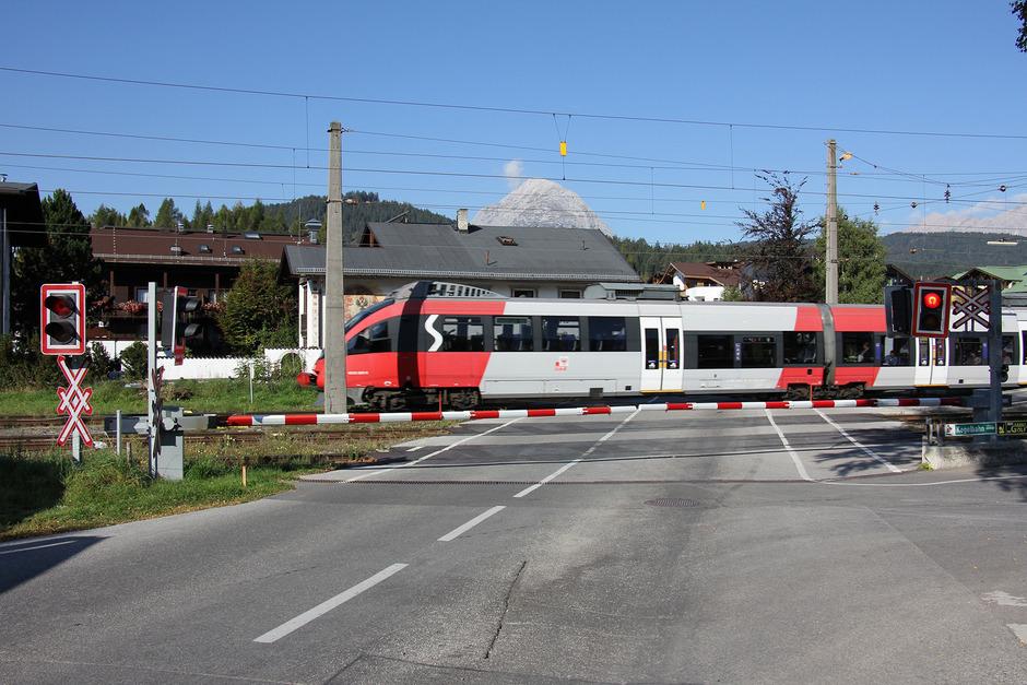 Knapp zwei Drittel der ÖBB-Bahnübergänge in Tirol – wie dieser hier in Seefeld – sind technisch gesichert.