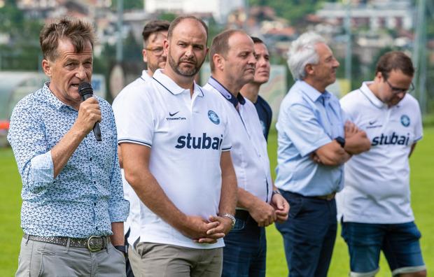Hieß den Verein mit herzlichen Worten im Tiroler Amateurfußball willkommen: TFV-Präsident Josef Geisler (links).