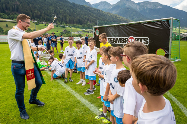 Vikar Piotr Patyk segnete gewissermaßen das gemeinsame Fußballprojekt FC Stubai.