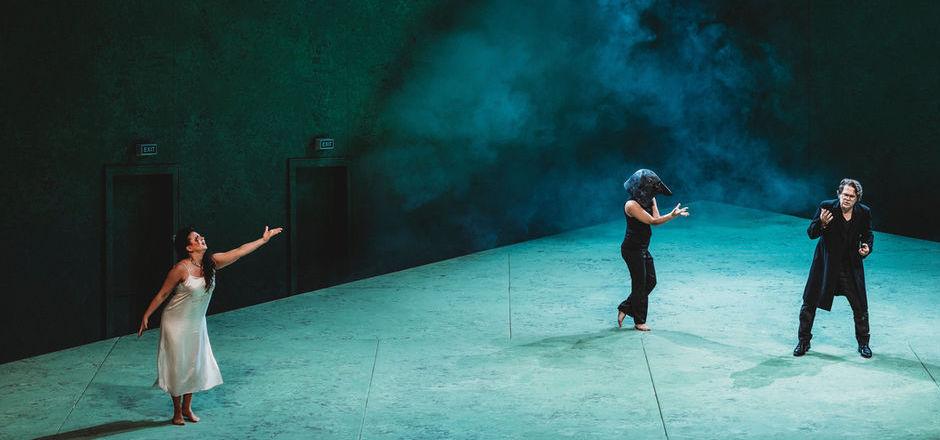 """Tina Lanik inszenierte """"Die Vögel"""" in einem für verschiedenste Bezüge offenen Bühnenraum mit ausgefeiltem Lichtdesign. Das Premierenpublikum war begeistert."""