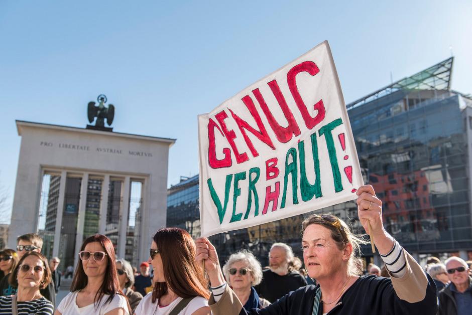 """""""Genug verbaut"""" bezog sich bei dem Protest im März auf die Feldringer Böden. Gegen den Zusammenschluss von Hochoetz und Kühtai sammelten Liftgegner Unterschriften und demonstrierten vor dem Landhaus."""