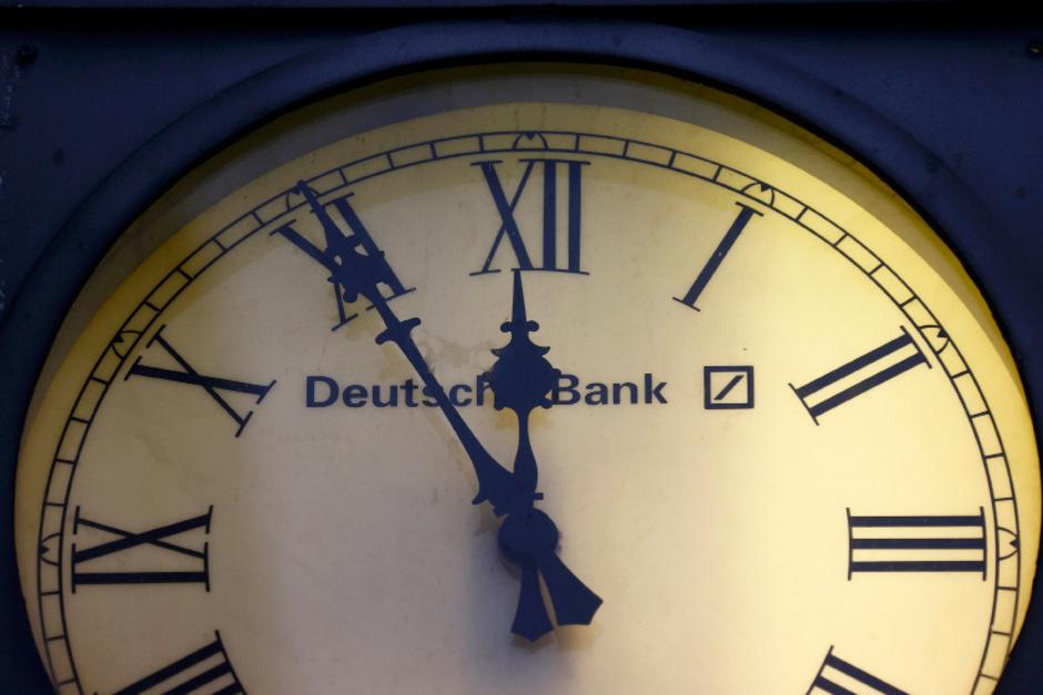 Fünf vor zwölf ist es aus Sicht des Deutsche-Bank-Chefs Christian Sewing für einen Konzernumbau. Dafür werden Milliarden investiert.