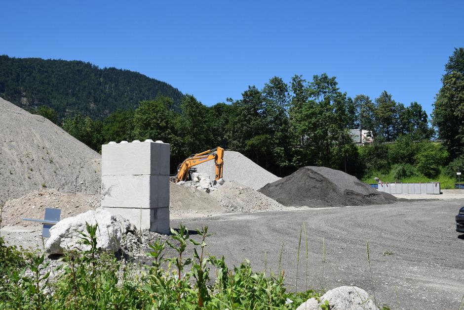 Auf dem Areal direkt bei der Autobahnauffahrt Kufstein-Süd wird bereits seit Jahren Schotter gelagert.