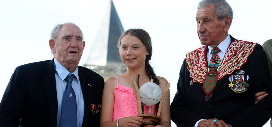 Greta Thunberg bekam den Preis von dem Stifert Charles Norman Shay (r.), einem Veteran des Zweiten Weltkriegs, und Leon Gautier überreicht.