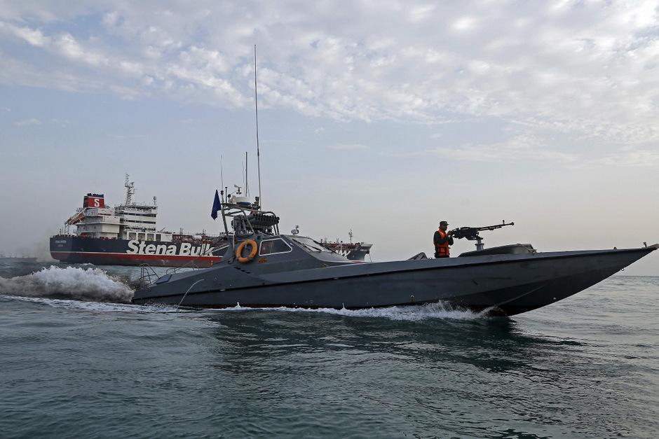 Iranische Revolutionsgarden patroullieren um den britischen Tanker Stena Impero.