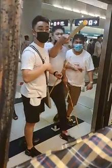 Die Polizei ließ die weiß gekleideten Angreifer gewähren.