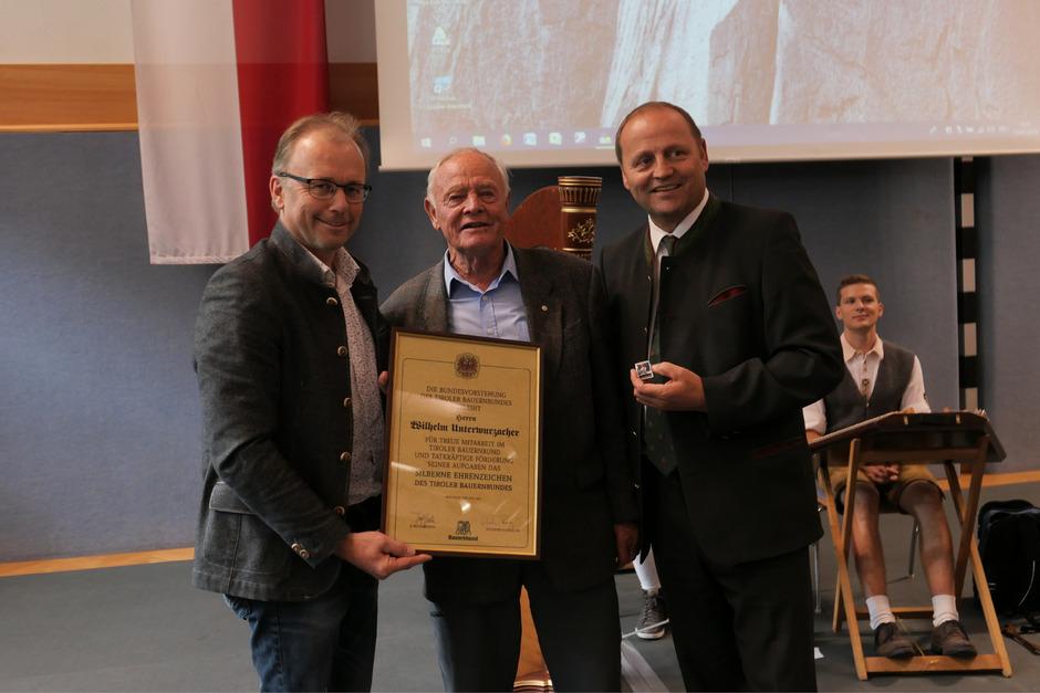 LtAbg. Martin Mayerl (l.) und LHStv. Josef Geisler (r.) überreichten Wilhelm Unterwurzacher das silberne Ehrenzeichen des Bauernbundes.
