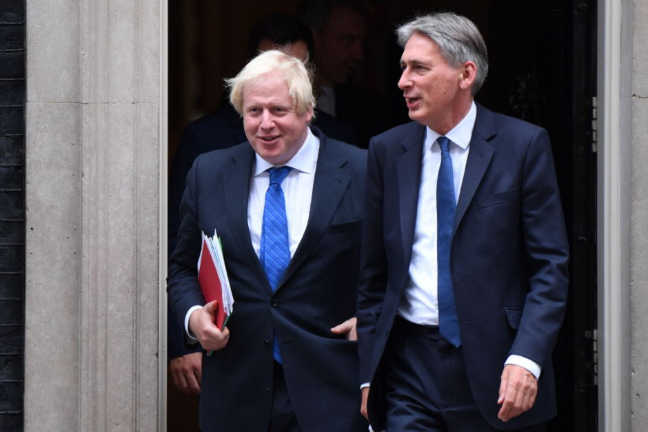 Boris Johnson mit dem parteiinternen Kritiker Philip Hammond.