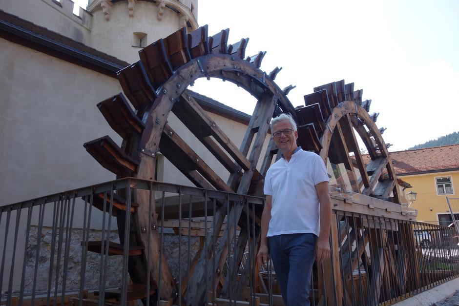 Werner Nuding – Vizebürgermeister, TVB-Obmann und gelernter Drechsler – hat die Anlage mit den 5 1/2-Meter-Wasserrädern selbst ausgetüftelt und gebaut. Die offizielle Eröffnung soll noch im Sommer stattfinden.