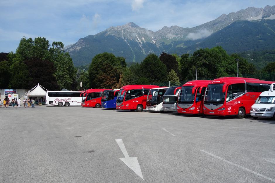 Der bestehende Parkplatz bietet Platz für bis zu 45 Busse. Die Variante auf Teilflächen der Hofgarten-Gärtnerei sieht 35 Stellplätze und eine Anmietung auf 15 Jahre vor. Derzeit laufen noch Verhandlungen.
