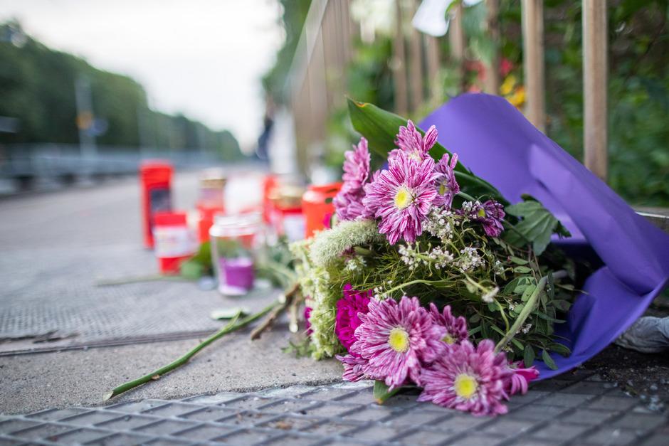 Blumen und Kerzen stehen an Gleis eins am Bahnhof Voerde. Ein Mann hat hier  eine ihm völlig unbekannte 34-Jährige vor einen einfahrenden Zug gestoßen und getötet. Die Frau hinterließ eine Tochter und ihren Ehemann.