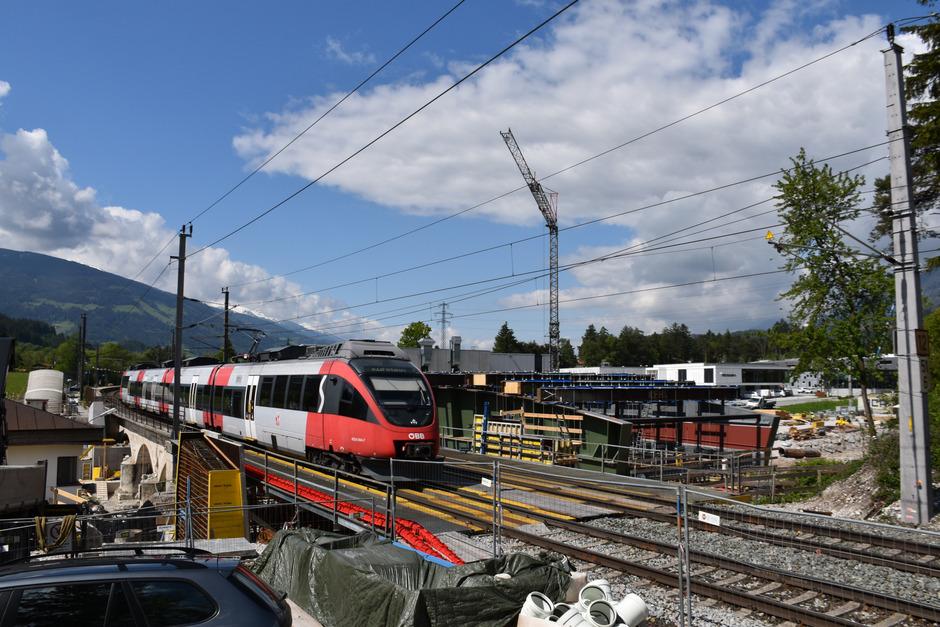 Nur noch bis Samstag fahren über die alte Vomperbachbrücke Züge. Danach wird die Brücke abgerissen und eine neue eingezogen. Innerhalb von drei Wochen soll alles fertig sein.