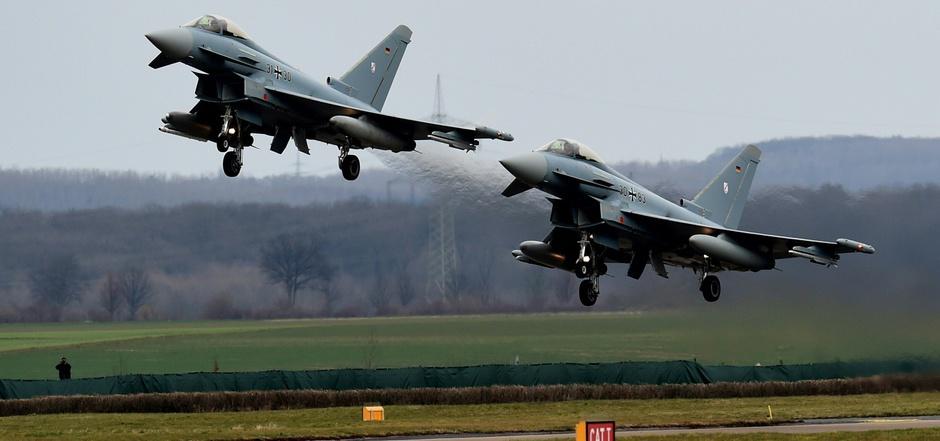 """Zwei """"Eurofighter"""" der Bundeswehr sind in Mecklenburg-Vorpommern zusammengestoßen und abgestürzt."""