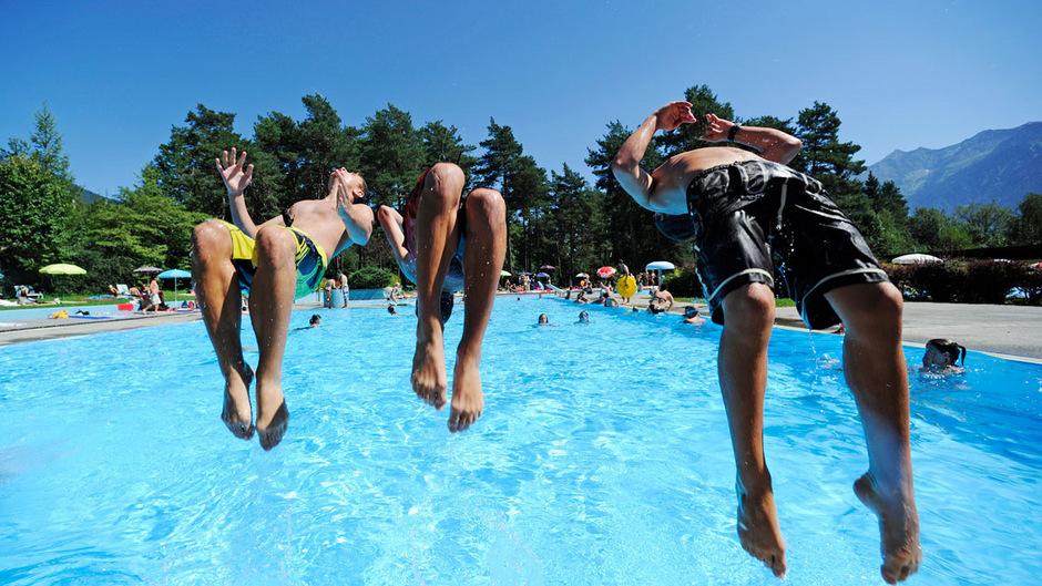 Das hochsommerliche Wetter lockt natürlich viele ins Schwimmbad.
